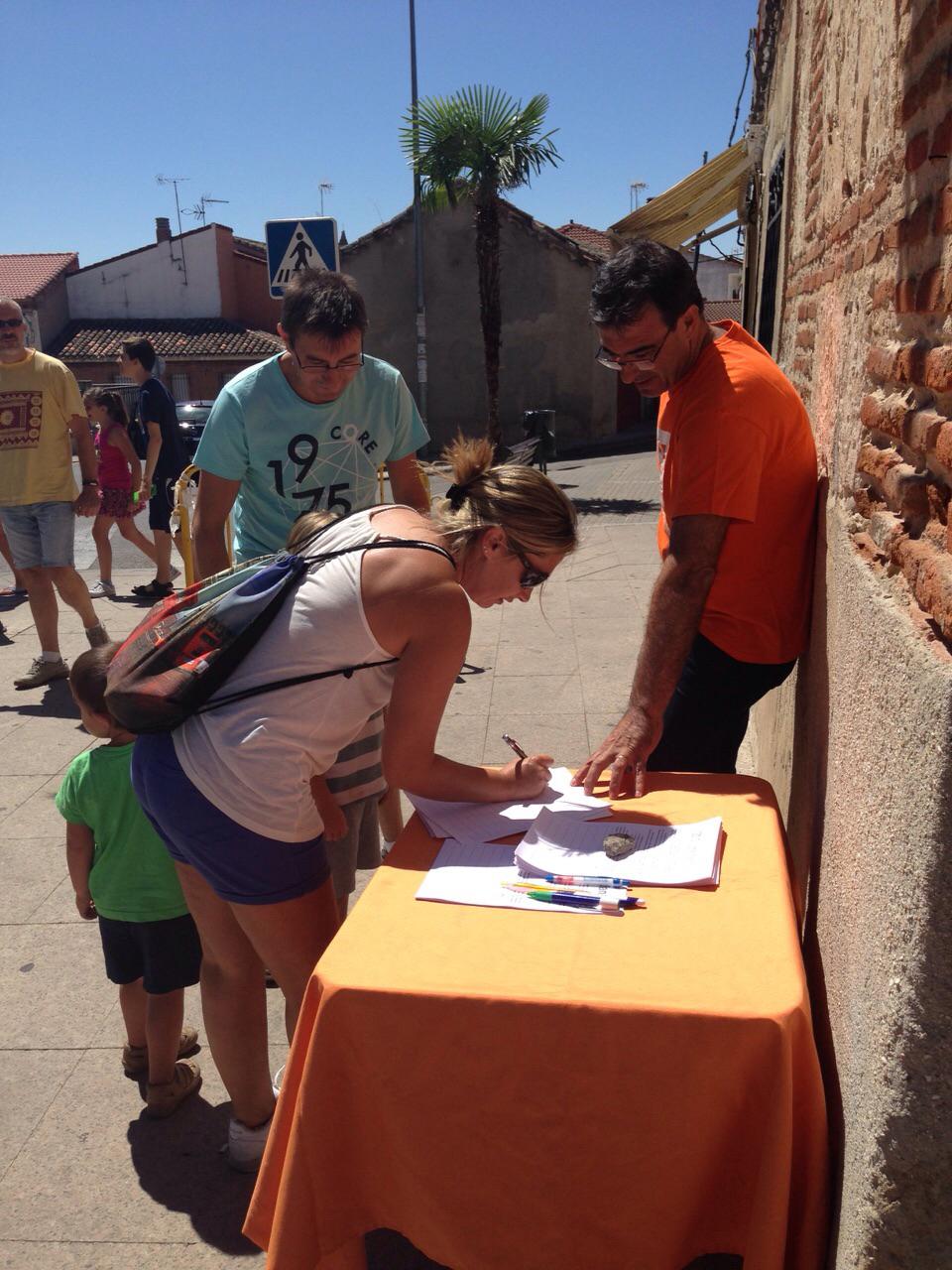 Juan Gordillo, concejal de C's en El Casar, durante la recogida de firmas del pasado domingo