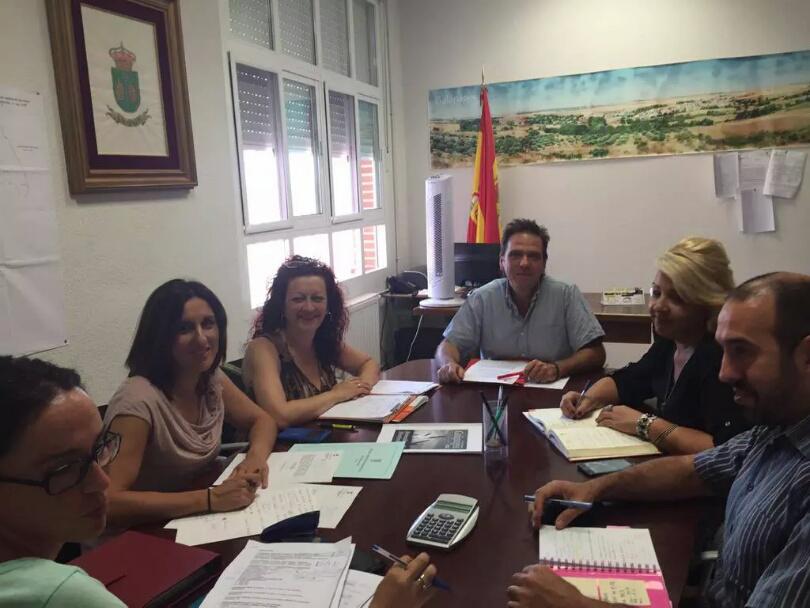 Yolanda Ramírez con el alcalde de Galápagos, Guillermo Rodríguez, y otros miembros de la corporación local