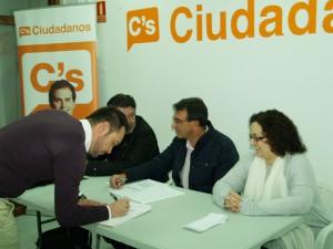 David Espinosa, Coordinador de C's Alovera, firma el acta de constitución de la Agrupación Local.