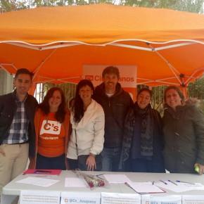 Ciudadanos (C's) recoge firmas en Azuqueca de Henares para concurrir a las Elecciones Generales del 20D