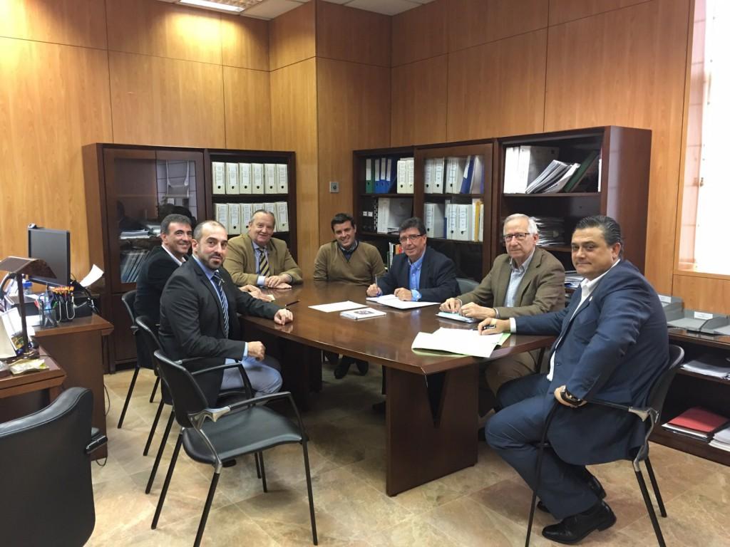 Imagen de la reunión en Toledo entre el Director-Gerente de la Agencia del Agua de Castilla-La Mancha y representantes de la Mancomunidad de la Campiña Baja.