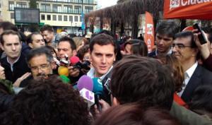 Albert Rivera atiende a los medios de comunicación en Plaza de Santo Domingo