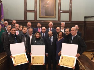 Máximos representantes de la Diputación Provincial junto a los galardonados.