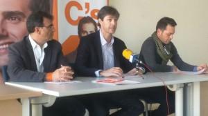 De izquierda a derecha: Juan Gordillo, Subdelegado Territorial de C's Castilla-La Mancha en Guadalajara, Carlos Maceiras, Portavoz de C's Alovera, David Espinosa, Coordinador de C's Alovera.