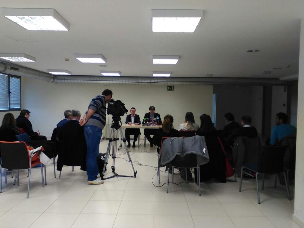 Rueda de prensa con gran asistencia de medios de comunicación.