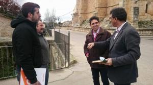 El Equipo del Grupo de C's en Diputación recorre Tendilla junto a los concelajes de C's en la localidad.