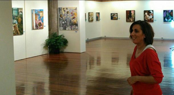 Yolanda Ramírez recorre las exposiciones del Centro San José.