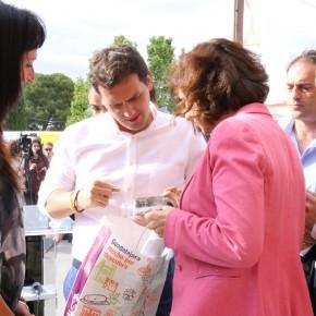 Orlena de Miguel entrega un obsequio a Albert Rivera a su llegada a Guadalajara
