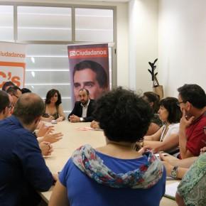 Mesa redonda con colectivos de educación