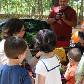 Orlena de Miguel pinta la cara de uno de los niños presentes