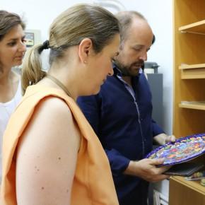 Durante su visita al Palacio de la Cotilla, han podido comprobar algunos de los trabajos de las Escuelas Municipales situadas ahí