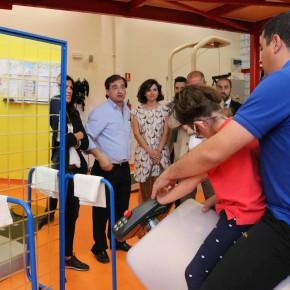 Miembros de C's comprueban uno de los ejercicios que llevan a cabo los niños en Fundación Nipace