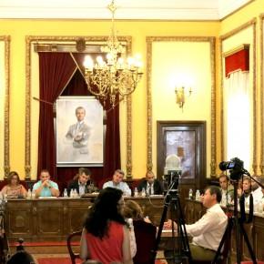 Momento del debate con la intervención del portavoz de C's, Alejandro Ruiz